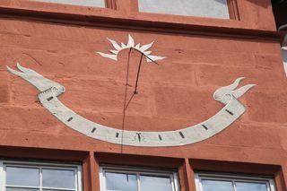Sonnenuhr an einer Burgwand - Sonnenuhr, Vertikalsonnenuhr, Uhr, vertikal, Uhrzeit, Sonne, Zeit, Zeitmessung, Zeitangabe, Wetter, Licht, Schatten, Physik, Optik
