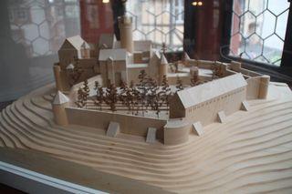 Holzmodell einer Höhenburg - Modell, Holzmodell, Burg, Höhenburg, Burganlage, Festung, Bergfried, Wehrmauer, Burgmauer, Wehrturm, Burgturm, Palas, Vorburg, Hauptburg, Mittelalter