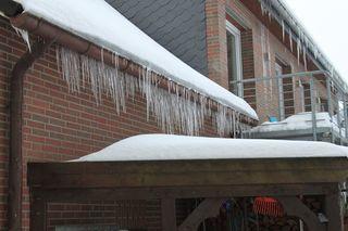 Eiszapfen - Eiszapfen, Eis, Wasser, schmelzen, gefrieren, gefroren, Regenrinne, Dachrinne, Dachkalle, Aggregatzustand