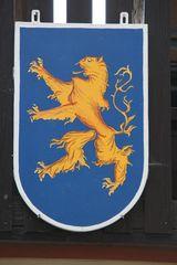 Wappen mit Löwe #1 - Wappen, Tier, Wappentier, Löwe, Löwenwappen, Heraldik, Mut, Königlichkeit, König der Tiere, stehend, aufgerichtet, stilisiert, golden, goldfarben