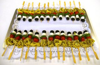 Tortellini-Spieße - Sortellini-Spieße, Tortellini, mariniert, Pesto, Mozarellakugeln, Basillikum, Cocktailtomate, Olive, Vorspeise, mediterran