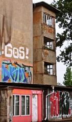 STADT-STATTansichten #1 - Kunst, Gebäude, Gebäudeteil, Ecke, Linie, Linienführung, Architektur, Perspektive, Bauwerke, Haus, Fassade, Blickpunkt, Ansicht, Fenster, Außenansicht, Graffiti, Hinterhof, Garage