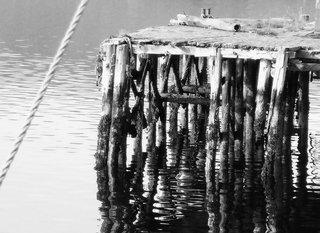 Steg - Steg, Wasser, Meer, Ufer, hell-dunkel, Gegensatz, Kontrast, Spiegelung, Zeichnung, Fotographie, Kunstunterricht, Stimmung, verschwommen