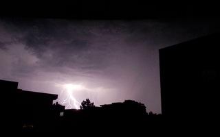 Blitz / Gewitter1 - Blitz, Blitze, Gewitter, Unwetter, Himmel, Horizont, Wolken, Funkenentladung, Lichtbogen, Wettererscheinung, Licht, hell, dunkel, Kontrast, Phänomen, Elektrizität, Physik