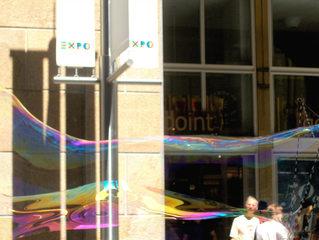 Riesenseifenblase - Seifenblase, Tenside, Oberflächenspannung, Membrane, Brechung, Meditation, Schreibanlass, schillern, Blase, Fantasie, riesig, groß, Regenbogen, Farben, Physik