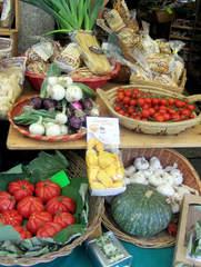 Typisch italienische Lebensmittel - Lebensmittel, italienisch, Obstkorb, Gemüsekorb, Obst, Gemüse, Korb, Körbe, Pasta, Nudel, Tomate, Kürbis, Rispentomate, Lauch, Zwiebel, Frühlingszwiebel, Knoblauch, Amarettini, Fusili, Kräuter, Gebäck, typisch, essen, Küche, kochen