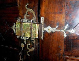 Altes Kastenschloss - Schloss, Kastenschloss, Türschloss, Türsicherung, alt, antik, verziert, Verziehrung, Kirche, Kirchentür, schließen, abschließen, Ornamentik, Kunst, Schmiedekunst
