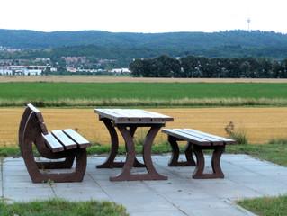 Autobahnparkplatz #1 - Picknick, Tisch, Bänke, Rastplatz, Autobahn, Pause, Erholung, essen, ausruhen, rasten