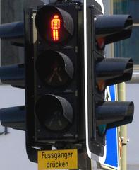 Nett gemeint,... oder? - Ampel, Verkehrszeichen, lustig, missverständlich, Missverständnis, drücken, Knopf