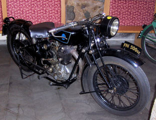 Motorrad-Oldtimer #4 - Motorrad, alt, Oldtimer, Ausstellung, Exponat, Motor, fahren, Fabrique Nationale, schwarz
