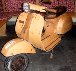 Motorrad-Oldtimer #5 - Motorrad, Motorroller, Roller, Vespa, alt, Oldtimer, Ausstellung, Exponat, Motor, fahren, Holz, Holzmodell