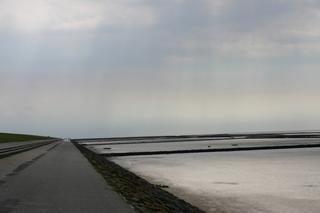 Deich und Flut an der Nordsee - Küstenschutz, Flut, Lahnungen, Spazierweg, Deich, Erholung, Urlaub, Schreibanlass, Küste