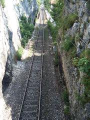 Eisenbahnschienen in einer Schlucht - Schienen, Eisenbahnschienen, Gleis, Schwellen, Schienenfahrzeuge, Bahnverkehr, Bahnanlage, eingleisig, Perspektive, Fluchtpunkt