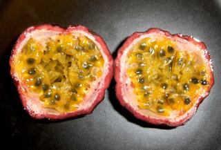 Passionsfrucht #2 - Frucht, essbar, Tropen, Subtropen, Kletterpflanze, Beere, oval, eiförmig, Schale, schwarz, Samen, Fruchtfleisch, Vitamine, Maracuja, Passionsfrucht