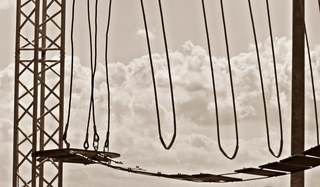 Detail der Kletteranlage - Hochseilgarten, Mut, Angst, Wagnis, Seil, überqueren, Abgrund, Sport, Abenteuer, turnen, Freizeit, klettern, schwindelfrei, Höhe, Freizeitsport, frei, leer, schwingen, Plattform, mutig, helfen, Team, Teamsport, überwinden, über sich hinauswachsen, Ethik