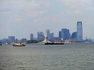 Skyline von Manhattan mit Freiheitsstatue - Manhattan, Statue of Liberty, Lady Liberty, Miss Liberty, Freiheitsstatue, neoklassizistisch, Statue, Kolossalstatue, Wahrzeichen, Freiheit, Symbol, auswandern, Sehenswürdigkeit, sight, New York, NY, NYC, Liberty Island, New Yorker Hafen, harbour, Weltkulturerbe