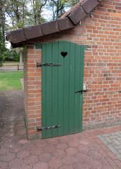 Tür zu einer alten Toilette - Toilette, Klo, Plumpsklo, stilles Örtchen, Landleben, Anbau, Herzloch