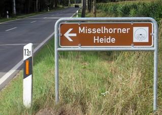 Wegweiser zu einem Naturpark - Hinweisschild, Verkehrszeichen, Wegweiser, touristisches Ziel, Tourismus, Naturpark