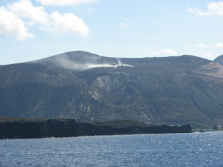Vulcano - aktiver Krater mit Rauchfahne - Vulkan, Krater, Vulkanismus, Ausbruch, Krater, Eruption, aktiv