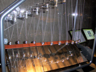 Pendelnde Wellen #2 - Pendel, elf, Kugel, Silber, hängen, schwingen, Welle, wandern, Physik, Länge