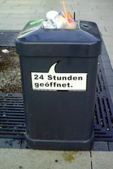Mülleimer-Spruch 11 - Abfalleimer, Müll, Stadtreinigung, Abfallproblem, lustig, Witz, Sprachwitz, Slogan, Werbung, Humor, Sprechblase, Werbesprache
