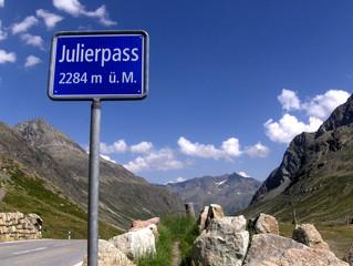 Alpenpass #2 - Alpen, Alpenpass, Julierpass, Schweiz, Engadin, Graubünden, Berge, Wasserscheide, Felsen, Panzersperre, überqueren, Schild, Höhe