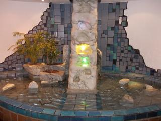Hundertwasservillage Wien Brunnen - Friedensreich Hundertwasser, Wien, Brunnen, Mosaik, türkis, blau