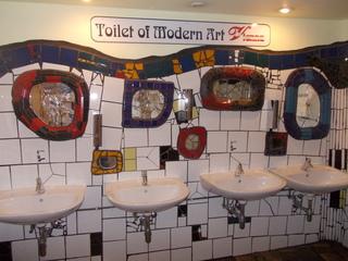 Hundertwasservillage Wien Toilettenanlage - Friedensreich Hundertwasser, Mosaik, bunt, Toilette, Wien, Toilet of Modern Art