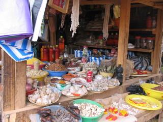 Marktstand in Westafrika - Afrika, Kamerun, Markt, Marktstand, Waren, kaufen, einkaufen, Entwicklungsland, einfach, arm, Handel, Wirtschaft