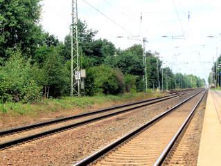 Eisenbahnschienen - Gleis, Signal, Verkehr, Eisenbahn, Weg, Zug, Fahrbahn, Schienenfahrzeug, Schwelle, parallel, Spurweite, Gleiskörper, Gleisbett, Schotter, Fluchtpunkt, Perspektive, Gleise, elektrisch, Strommast, Bahnsteig, parallel