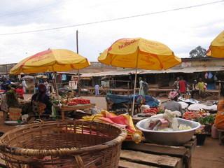 Markt in Westafrika - Afrika, Kamerun, Markt, Marktstände, Stände, Schirme, Marktschirme, Waren, kaufen, einkaufen, verkaufen, Handel, Marktfrau, Handel, Maggi, Nahrung, Entwicklungsland, einfach, arm, Nahrung, Lebensmittel