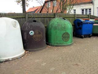 Glascontainer #2 - Glascontainer, Recycling, Wiederverwertung, Müll, Umweltschutz, Glas, braun, weiß, bunt, Behälter, Abfall, Sammelplatz, Altpapier, Wertstoff, Wertstoffe