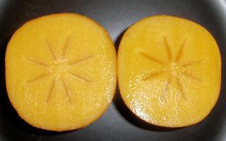 Kaki, Sharonfrucht - aufgeschnitten - Kaki, Sharonfrucht, Ebenholzgewächs, Kulturpflanze, Obst, Baum, Frucht, süß, orange, Honigapfel, Persimone, Früchte, Frucht des Zeus, zweikeimblättrig, Beta-Carotin