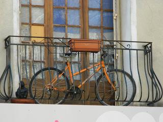 Fahrrad auf Balkon - Schreibanlass, Balkon, Fahrrad, orange