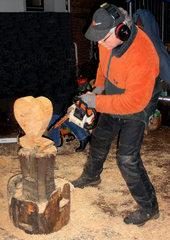 Holzskulptur #1 - Holz, Skulptur, Figur, Herz, Bildhauer, Kunst, Handwerk, Kunsthandwerk, sägen, schnitzen, Säge, Motorsäge, Späne, Kettensäge, Kettensägenkünstler
