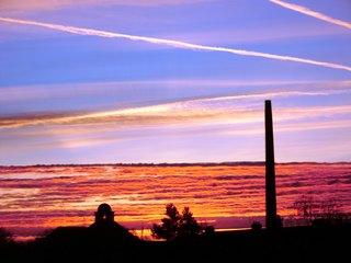 Sonnenaufgang in der Stadt#1 - Wetter, Wolken, Sonne, Sonnenaufgang, Schatten, rot, orange, Stimmung, Morgenröte, Dämmerung, Wolken, Licht