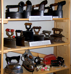 alte Bügeleisen #2 - Bügeleisen, bügeln, plätten, glätten, Kasteneisen, Kohleeisen, Schlot, Haushalt, Hausarbeit, aufheizen, Kohle, heiß