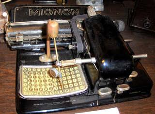 Zeigerschreibmaschine - Schreibmaschine, Zeigerschreibmaschine, Büro, schreiben, Buchstaben, Zeiger, Tasten, Hebel, Walze
