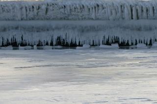 Eiskunst - Winter, Frost, Eis, Wasser, Schnee, frieren, gefroren, zugefroren, See, Dichte, Physik, Aggregatzustand, Anomalie, Kunst, Eindruck, Impression, Eisgebilde, Zustand, kalt, Kälte, winterlich, frostig, Eiszapfen