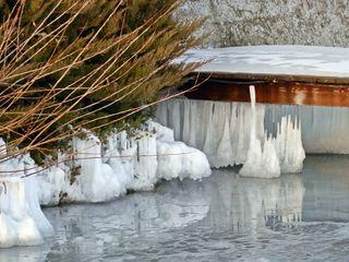 Eiskunst am Ufer - Winter, Frost, Eis, Wasser, Schnee, frieren, gefroren, zugefroren, See, Dichte, Physik, Aggregatzustand, Anomalie, Kunst, Eindruck, Impression, Jahreszeit, Eisgebilde, Zustand, spiegeln, Spiegelung, kalt, Kälte, winterlich, frostig, Eiszapfen