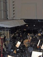 Orchestergraben #1 - Theater, Sitze, Sitzreihe, Opernhaus, Oper, Orchester, Musik, Zuschauerraum, Bühne, Orchestergraben, Bühnenhintergrund, Instrumente, Musikerarbeitsplatz, Notenständer, Noten