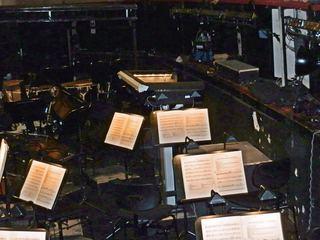 Orchestergraben #2 - Theater, Sitze, Sitzreihe, Opernhaus, Oper, Orchester, Musik, Zuschauerraum, Bühne, Orchestergraben, Bühnenhintergrund, Instrumente, Musikerarbeitsplatz, Notenständer, Noten