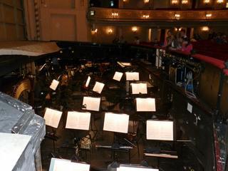 Orchestergraben #3 - Theater, Sitze, Sitzreihe, Opernhaus, Oper, Orchester, Musik, Zuschauerraum, Bühne, Orchestergraben, Bühnenhintergrund, Instrumente, Musikerarbeitsplatz, Notenständer, Noten