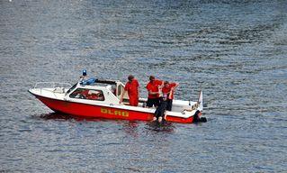 Wasserrettung - Rettung eines Schwimmers #5 - Rettung, Wasser, retten, Ehrenamt, ehrenamtlich, Rettungsschwimmer, helfen, ertrinken, schwimmen, erschöpft, hilflos, Unfall, verunfallt, Not, sichern, Rettungsboot, Lifeguards, Lifeguard, Rettungsdienst, Gefahr, Gefahrenabwehr, Engagement, Erste Hilfe