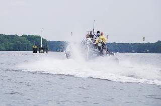 Spritztour - Wasser, Motorsport, Wassersport, spritzen, Tropfen, nass, Spass, Welle, Geschwindigkeit, Spritzer, Schiff