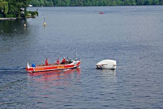 Wasserrettung - Gekentertes Segelboot #3 - Rettung, Wasser, retten, Ehrenamt, ehrenamtlich, Rettungsschwimmer, helfen, ertrinken, schwimmen, erschöpft, hilflos, Unfall, verunfallt, Not, sichern, Rettungsboot, Lifeguards, Lifeguard, Rettungsdienst, Gefahr, Gefahrenabwehr, Engagement, Erste Hilfe, Segel, Segelboot, Segler, kentern