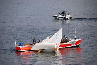 Wasserrettung - Gekentertes Segelboot #5 - Rettung, Wasser, retten, Ehrenamt, ehrenamtlich, Rettungsschwimmer, helfen, ertrinken, schwimmen, erschöpft, hilflos, Unfall, verunfallt, Not, sichern, Rettungsboot, Lifeguards, Lifeguard, Rettungsdienst, Gefahr, Gefahrenabwehr, Engagement, Erste Hilfe, Segel, Segler, Segelboot, Wassersport, kentern, aufrichten