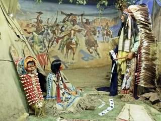 Lebensweisen der Indianer - Indianer, Nordamerika, Zusammenleben, Volk, Völker, Familie, Familienleben, Kultur, Leben, Lebensart, Kinder, Frau, Federschmuck, Kind, Tradition, Völkerkunde, indigen, indio