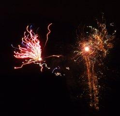 Feuerwerk - Feuerwerk, Nacht, Himmel, Lichter, Farben, leuchten, Feuerwerkskörper, pyrotechnische Gegenstände, Pyrotechnik, Rakete, Antrieb, Rückstoß, koordinierte Zündung, Zündung, Silvester