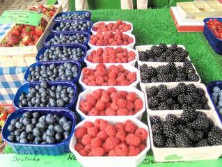 Beerenvielfalt auf dem Markt #1 - Erdbeeren, Heidelbeeren, Himbeeren, Brombeeren, Schale, Schälchen, Korb, Verkauf